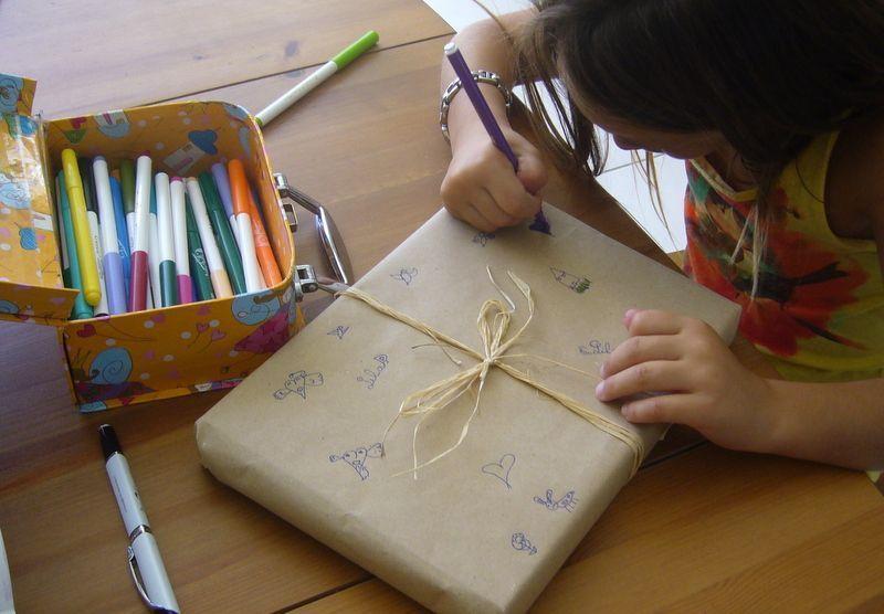 personnaliser un paquet cadeau pour la copine. Black Bedroom Furniture Sets. Home Design Ideas